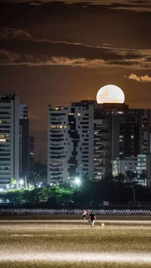 FORTALEZA-CE, BRASIL, 07-05-2020: Super Lua em Fortaleza, na Praia de Iracema.  (Foto: JÚLIO CAESAR)