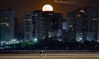 FORTALEZA-CE, BRASIL, 07-05-2020: Super Lua em Fortaleza. Praia de Iracema. ( Foto: Júlio Caesar / O Povo)