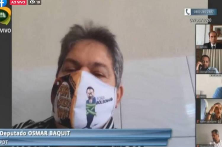 Deputado Osmar Baquit apareceu na sessão remota com máscara que mostrava o presidente Jair Bolsonaro enrolado na faixa presidencial
