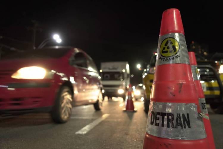 Fiscalização de deslocamento de veículos foi intensificada com o isolamento social (Foto: Júlio Caesar/ O POVO)