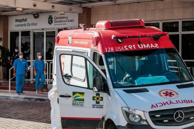 Movimentação em frente ao hospital Leonardo da Vinci, em Fortaleza, onde são atendidos pacientes com coronavírus