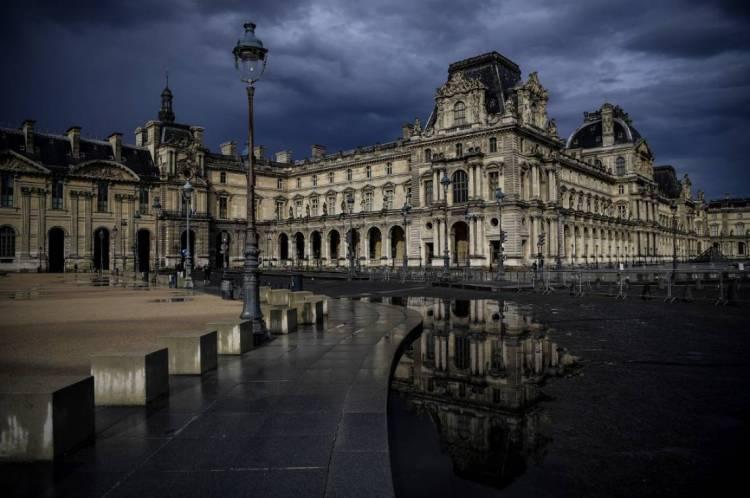 Palácio do Louvre, vazio após uma chuva no 54º dia de lockdown em Paris, na França
