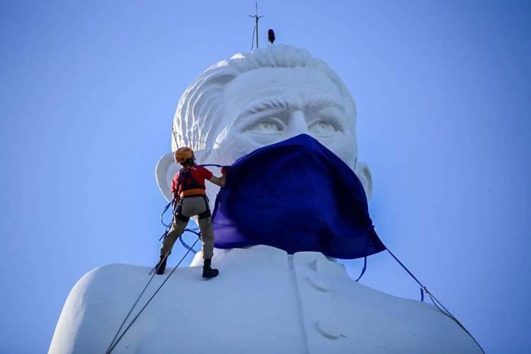 Juazeiro do Norte em 09 de maio de 2020, Imagem mostra a estatua de Padre Cicero, usando uma mascara azul devido ao coronavirus. (Foto Anderson Duarte/Especial para O Povo) (Foto: Anderson Duarte/Especial para O Povo)