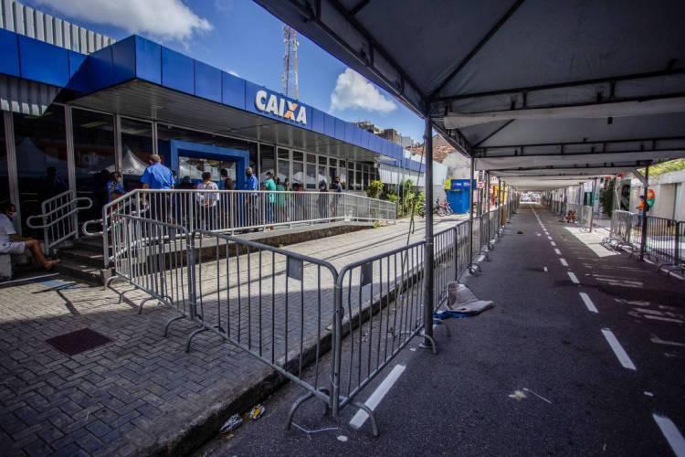Auxílio emergencial da Caixa: agência em Fortaleza com grades para melhorar a dinâmica das filas por causa do coronavírus (Foto: Aurélio Alves)
