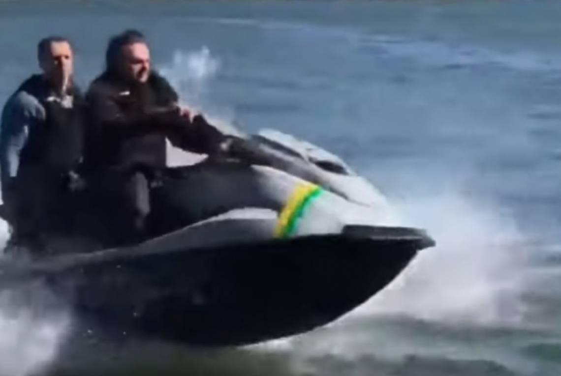 Bolsonaro passeia de jet ski em dia que Brasil atingirá marca de 10 mil mortes | Política - Últimas Notícias de Política | O POVO Online