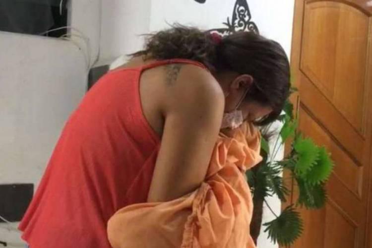 Técnica de enfermagem, Valquíria Neves, abraça o filho enrolado no lençol neste Dia das Mães (Foto: REPRODUÇÃO)