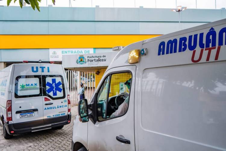Movimentação de ambulâncias no hospital de campanha do estádio Presidente Vargas, em Fortaleza, no Ceará, um dos estados mais afetados pelo coronavírus no Brasil (Foto: Júlio Caesar/ O POVO)