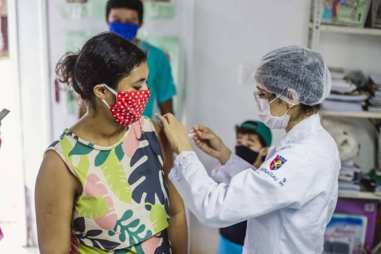 Vacinação no Posto de Saúde Irmã Hercília Aragão (Foto: Aurélio Alves)