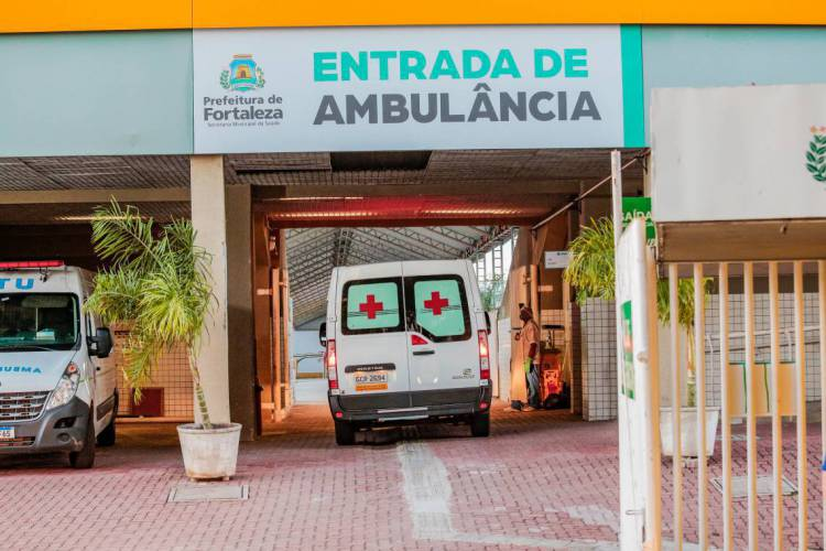 Movimentação de ambulâncias em frente ao Hospital de Campanha do Estádio Presidente Vargas - PV à espera da saída dos familiares que receberam alta (Foto: Júlio Caesar / O Povo) (Foto: JÚLIO CAESAR)