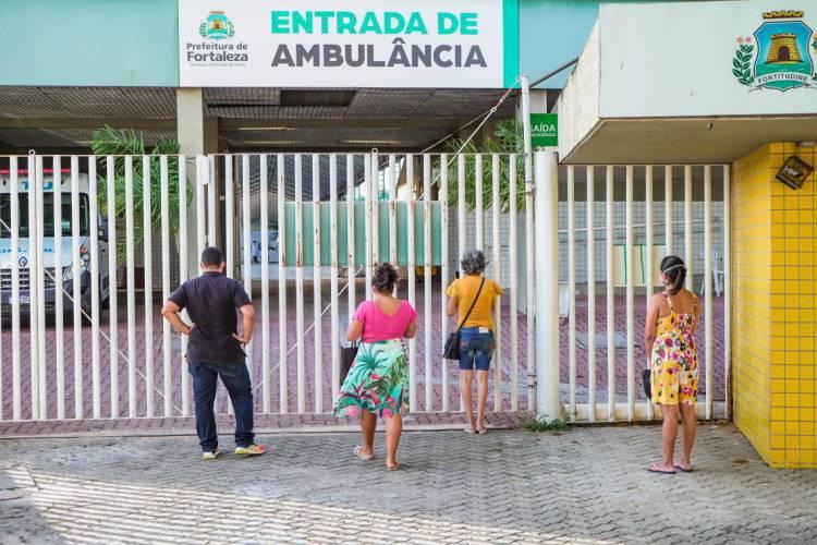 FORTALEZA-CE, BRASIL, 05-05-2020: Parentes aguardam liberação de pacientes que receberamalta médica no Hospital de Campanha do estádio Presidente Vargas. Movimentação de parentes na frente do Hospital de Campanha do Estádio Presidente Vargas - PV à espera da saída dos familiares que receberam alta. ESPECIAL COVID. (Foto: Júlio Caesar / O Povo) (Foto: JÚLIO CAESAR)