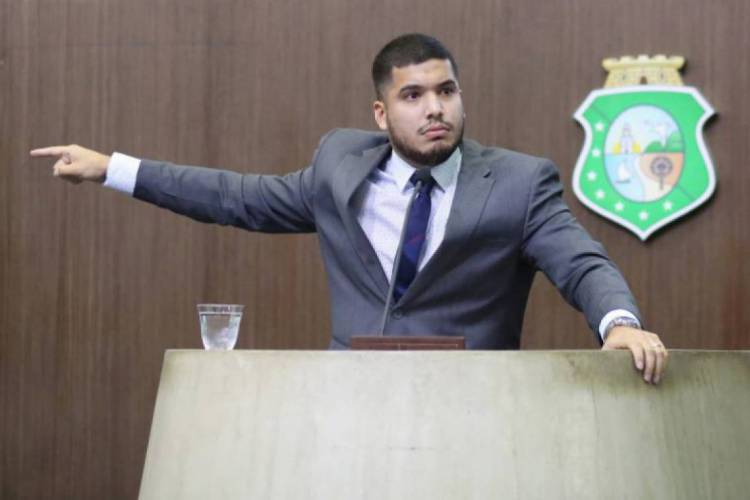 Ação do partido vem como resposta a acusações de Fernandes sobre o deputado Osmar Baquit (Foto: Júnior Pio/AL-CE)
