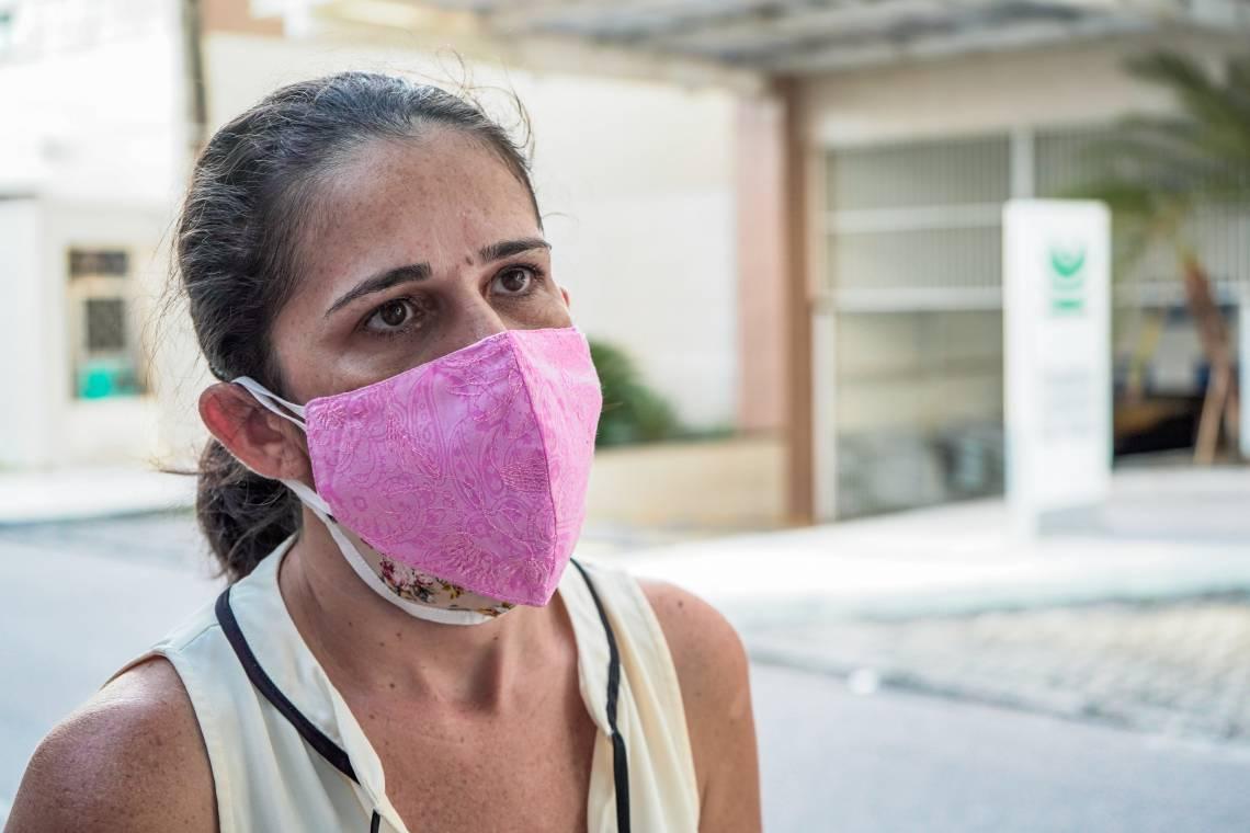 Renata de Oliveira foi levar artigos de higiene para o esposo que está internado. Os enfermeiros realizaram chamada de vídeo para avisar Renata da necessidade dos materiais e informar o estado do esposo