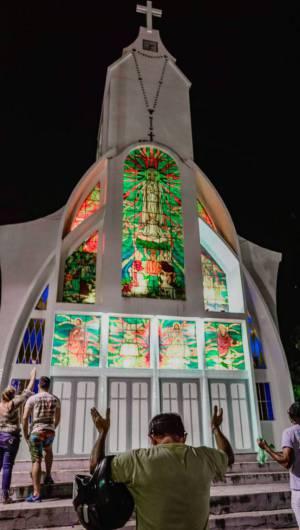 Fieis se concentraram em frente ao Santuário de Fátima, apesar de a igreja estar fechada