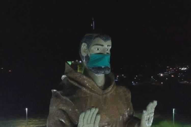 Estátua recebeu o acessório na noite desta quarta-feira, 13