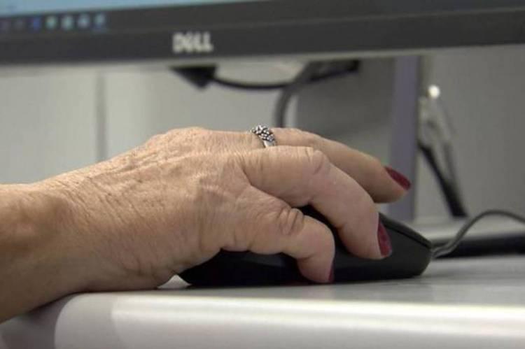 Idosos confinados aderem à tecnologia para lutar contra isolamento
