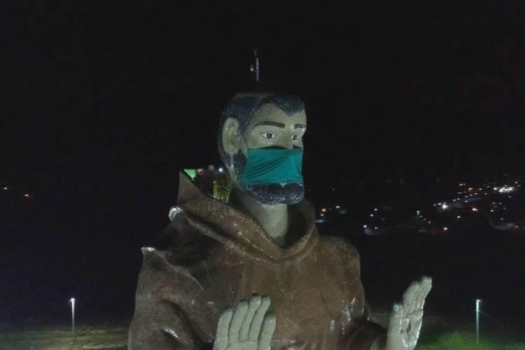 Estátua recebeu o acessório na noite desta quarta-feira, 13 (Foto: Nixon Santos)