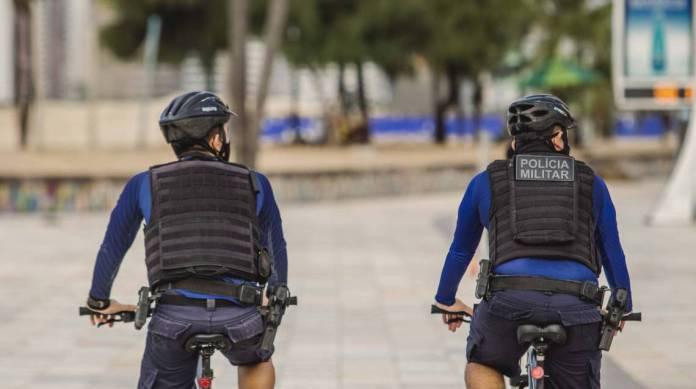 FORTALEZA, CE, BRASIL, 14-05-2020: Policiais Militares de bicicleta. Orla de Fortaleza, Praia de Iracema, em epocas de COVID-19. (Foto: Aurelio Alves/O POVO)