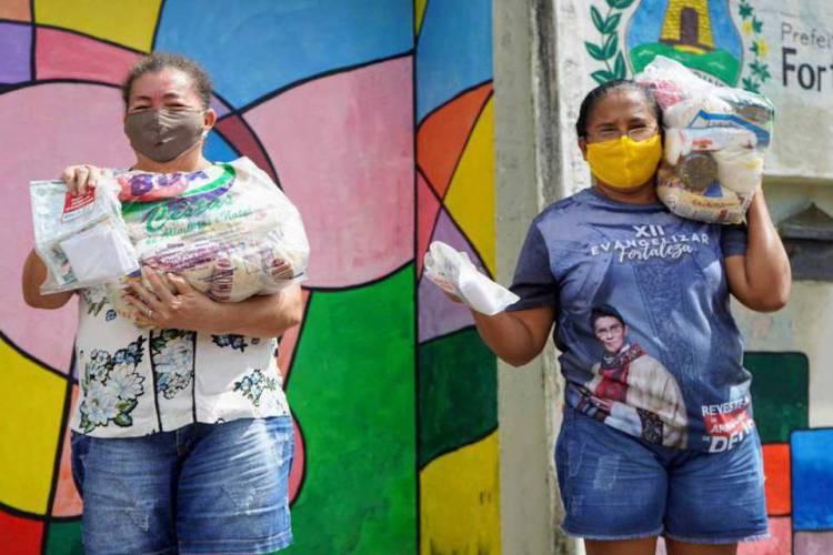 A distribuição das cestas básicas tem ocorrido em escolas municipais, por agendamento de horários para evitar aglomerações (Foto: Reprodução / Ascom Prefeitura Fortaleza)