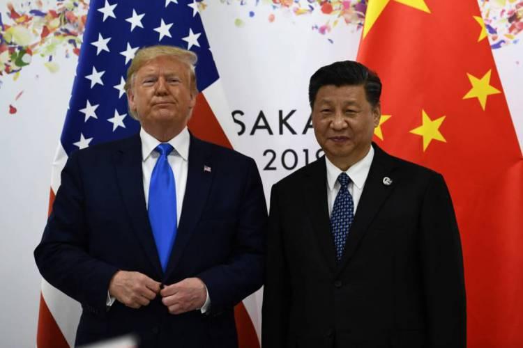 Donald Trump e Xi Jinping têm trocado farpas em relação às responsabilidades sobre a pandemia de coronavírus (Foto: Brendan Smialowski / AFP)