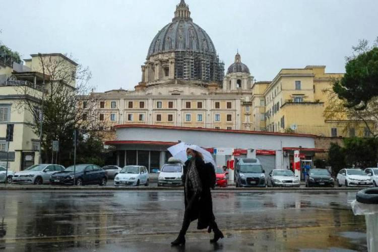 De máscara, mulher caminha próximo à Basílica de São Pedro, no Vaticano, Itália Imagem (Foto: Andreas Solaro/AFP)