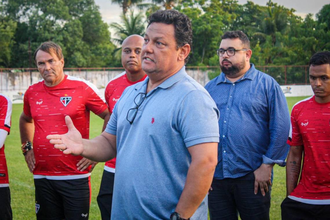 Jurandir Júnior, executivo de futebol do Ferroviário (no centro da foto)