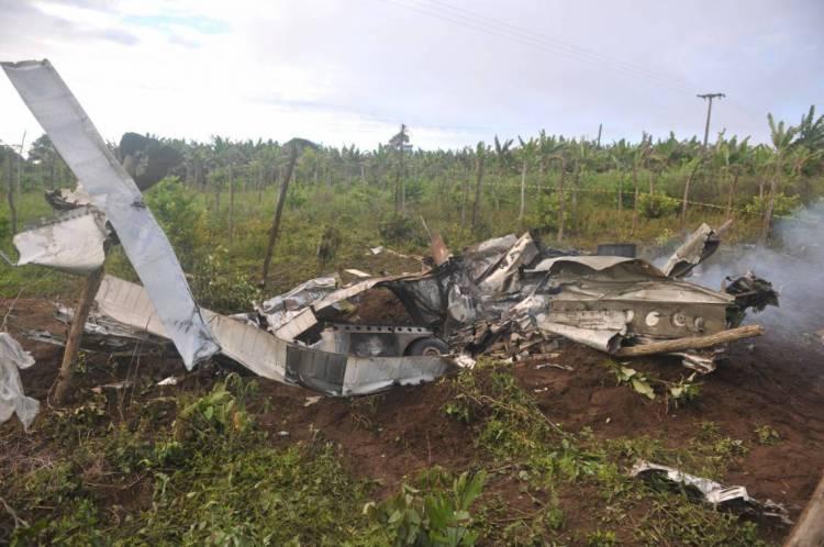 Destroços estão espalhados por área ampla em relação ao local do acidente.
