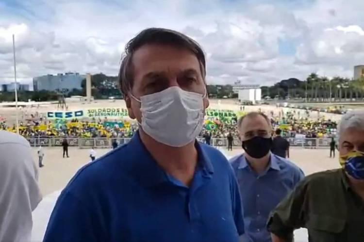 Bolsonaro foi à rampa do Palácio do Planalto na manhã deste domingo, 17