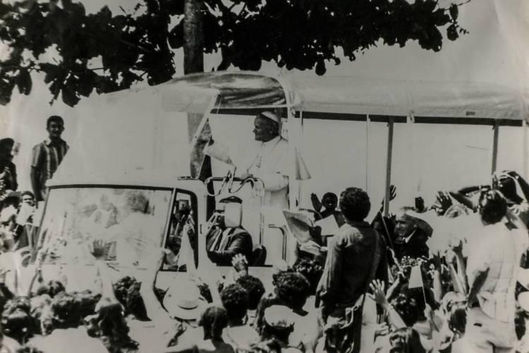 Papa passou pelas ruas de Fortaleza em carro aberto e atraiu uma multidão de fiéis (Foto: O POVO.DOC)