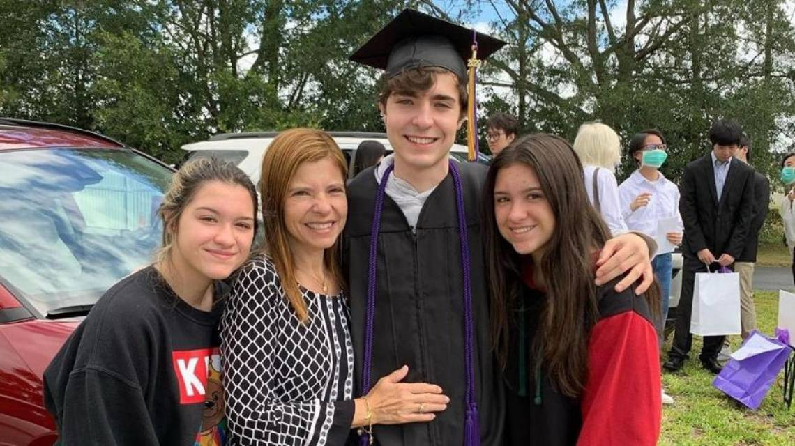 Gustavo Liberato ao lado da mãe Rose e das irmãs Marina e Sofia