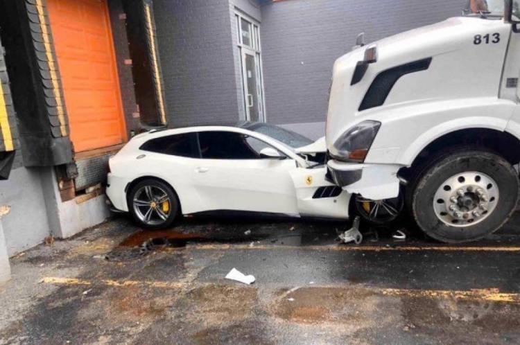 O dono do veículo chamou a polícia depois do ocorrido e o homem foi preso.