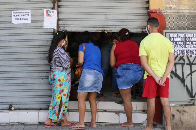 Movimentação e comércio no Centro durante lockdown (Foto: FÁBIO LIMA)