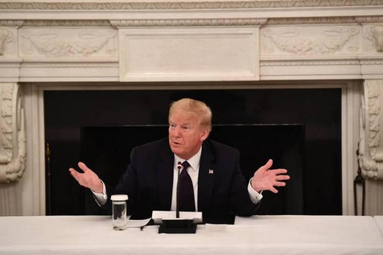 Trump revelou que, apesar de ter testado negativo para coronavírus, toma um comprimido de hidroxicloroquina todo dia (Foto: Brendan Smialowski / AFP)