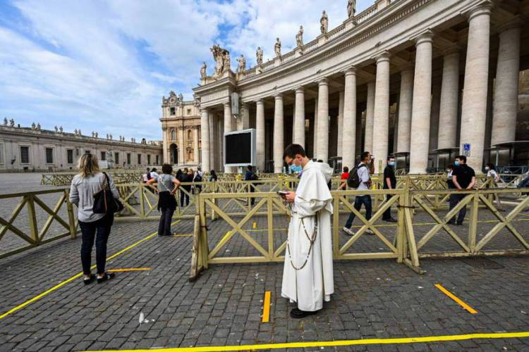 A Basílica de São Pedro, em Roma, reabriu nesta segunda-feira, dia 18, mas ainda com restrições (Foto: Vincenzo Pinto/AFP)