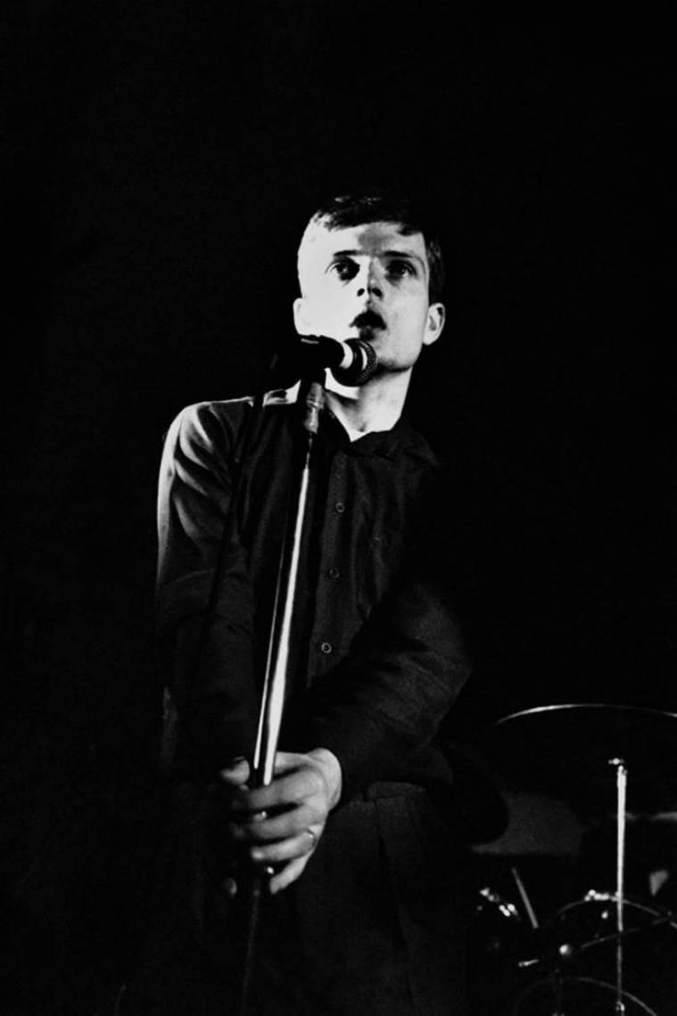 Ian Curtis comandou o grupo britânico Joy Division, que encerrou suas atividades no dia 18 de maio de 1980 após a morte do vocalista