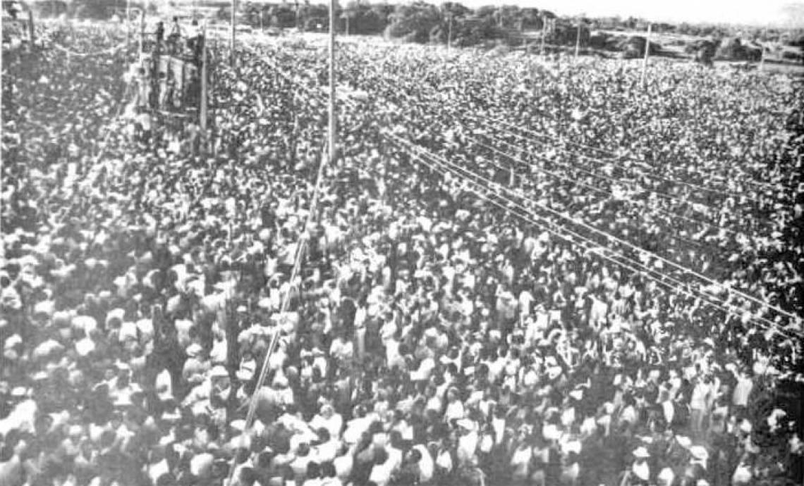 Fiéis acompanhando missa do papa João Paulo II em Fortaleza