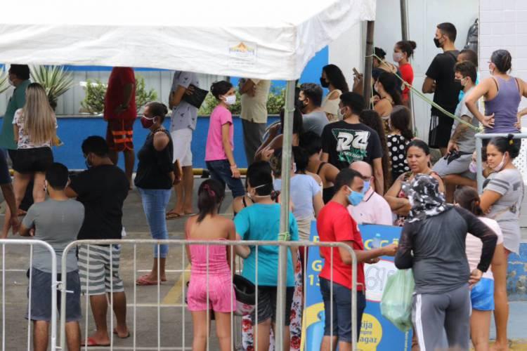 FORTALEZA, CE, BRASIL, 19.05.2020: Fila para recebimento do auxílio emergencial na Caixa Econômica Federal do bairro Siqueira. (Foto: FÁBIO LIMA)