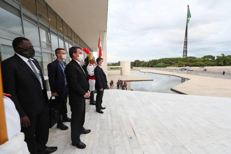 Bolsonaro solicitou que o ministro interino da Saúde, Eduardo Pazuello, assine novo protocolo que autoriza uso de cloroquina em pacientes com sintomas leves de coronavírus (Foto: Isac Nóbrega / PR)