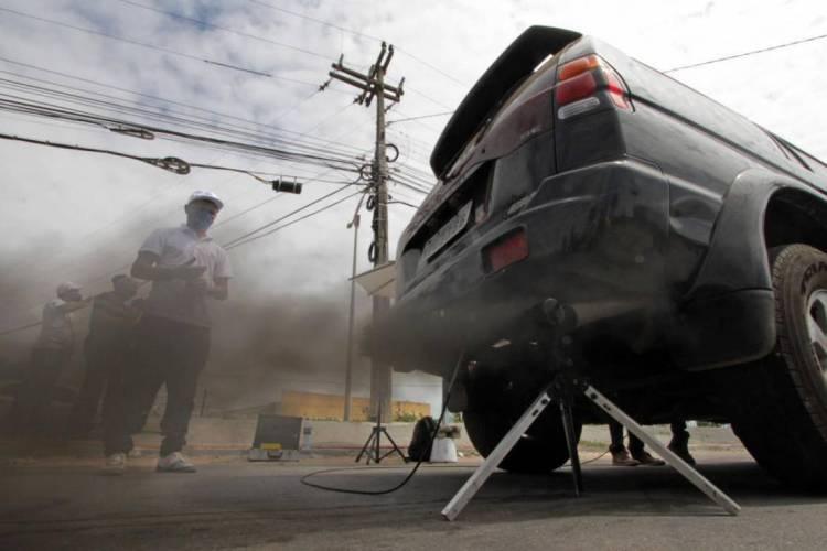 Veículos automotores estão entre os principais culpados para poluição do ar na Capital. Na foto, fiscais da prefeitura fazem blitz para verificar veículos poluentes em 2015. (Foto: EDIMAR SOARES)