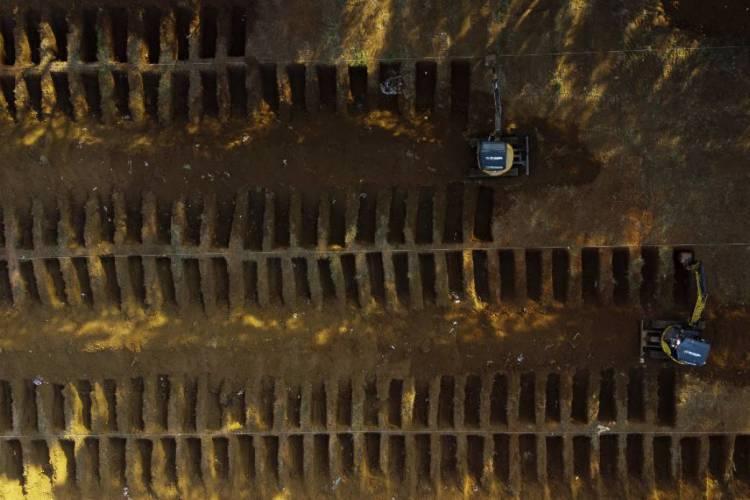 Vista aérea de cemitério em São Paulo; Brasil registrou mais de mil mortes em 24 horas pela primeira vez (Foto: Miguel Schincariol / AFP)