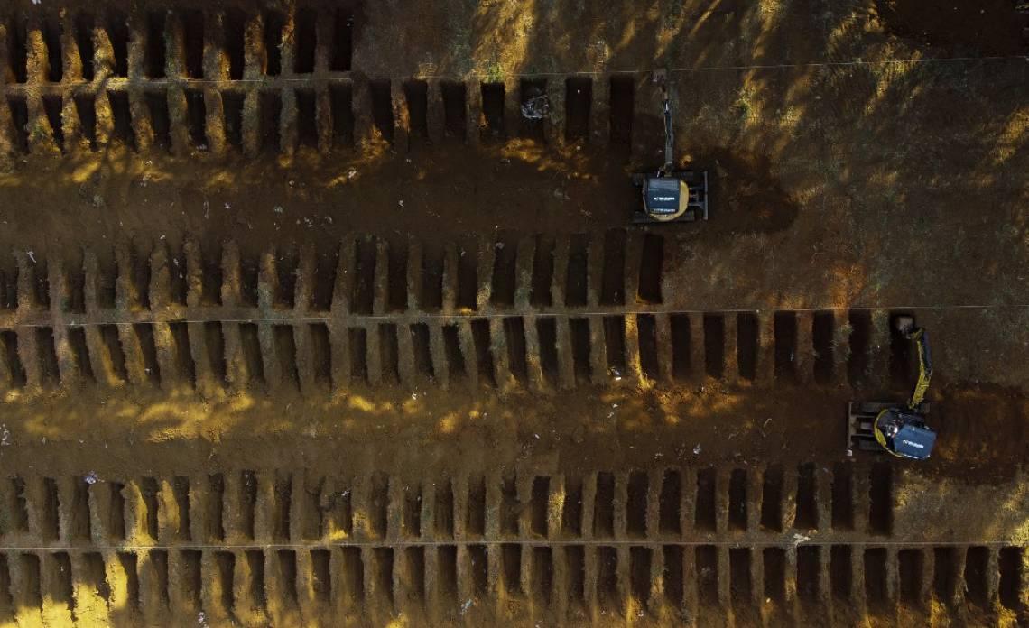 Vista aérea de cemitério em Vila Formosa, distrito de São Paulo, maior epicentro do coronavírus no Brasil (Foto: Miguel Schincariol / AFP)