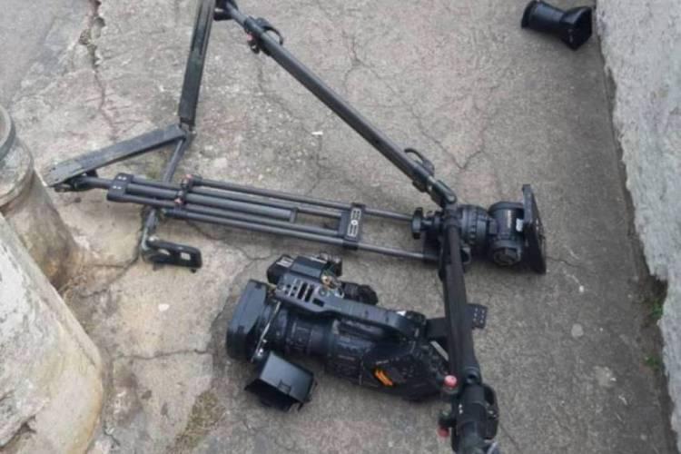 Equipamento do cinegrafista acabou sendo usado por empresário para agredi-lo (Foto: Reprodução / TV Integração)
