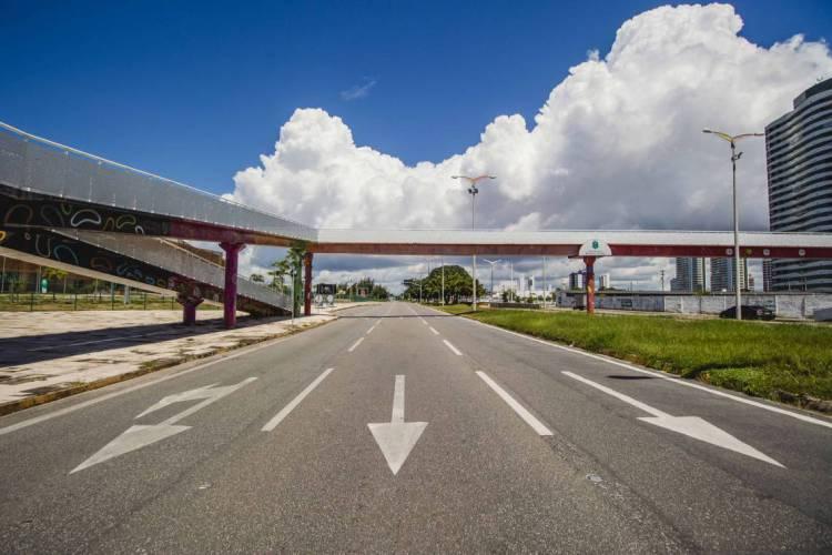 Avenida Engenheiro Santana Júnior sem movimento. Isolamento social está prorrogado (Foto: Aurelio Alves/O POVO)