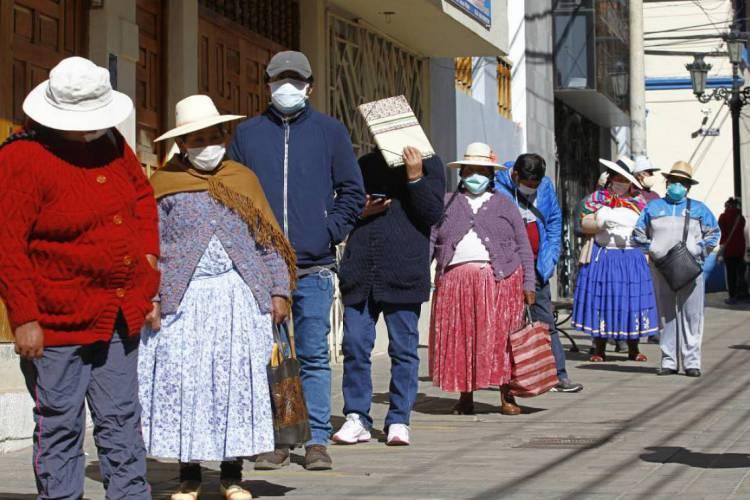 Crise econômica em decorrência da emergência sanitária deve aumentar a desigualdade social na América Latina (Foto: Carlos Mamani / AFP)