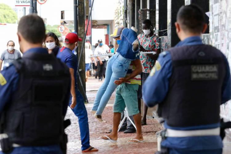 FORTALEZA, CE, BRASIL, 21.05.2020: Agentes de segurança fazem fiscalização para coibir a abertura de lojas no centro da cidade em dia que decreto de Lockdown foi prorrogado. (Fotos: Fabio Lima/O POVO) (Foto: FÁBIO LIMA)