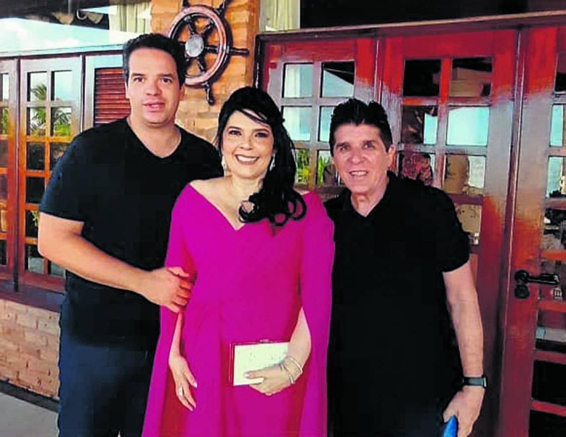 Sellene Câmara entre decoradores executivos Thiago Holanda e Dito Machado. (By Evando)
