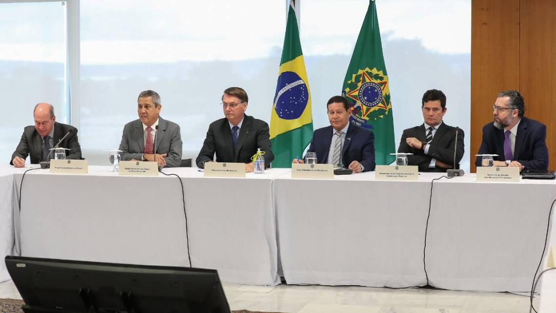 Bolsonaro ao lado de um desconfortável Moro