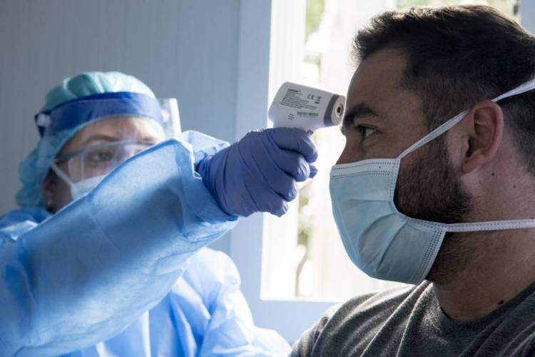 Atualização de números do novo coronavírus no Brasil foi divulgada pelo Ministério da Saúde nesta sexta-feira, 25 (Foto: EZEQUIEL BECERRA/AFP)