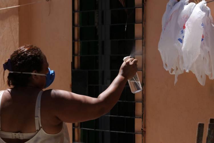 No Ceará, primeira onda da doença foi em pessoas com alto poder socioeconômico; a fase atual é a da transmissão comunitária, na qual não se sabe de onde veio a doença. (Foto: Fábio Lima)