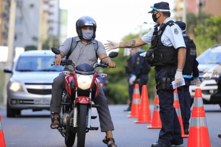 Em maio, as barreiras sanitárias também foram usadas dentro da cidade. (Foto: Fabio lima )