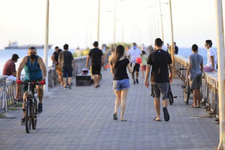 Movimentação de pessoas na praia, neste domingo, 24, durante o decreto de Lockdown (Fotos: Fabio Lima/ O POVO) (Foto: Fabio lima )